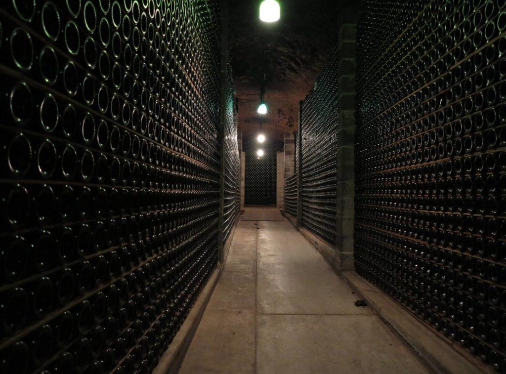 Photo d'une cave illustrant comment  conserver du vin blanc à l'abris de la lumière.